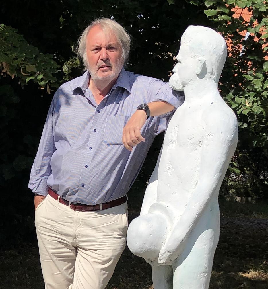 Willem Elias bij de beeldengroep in Röcken